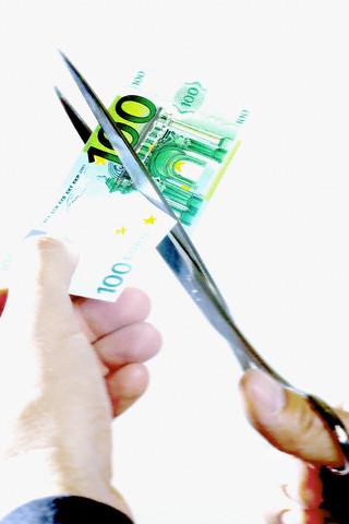 UE limitează salariile bancherilor