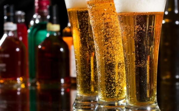 Creşterea cu 16% a accizei la bere, factorul cheie în scăderea cu 10% a pieţei berii