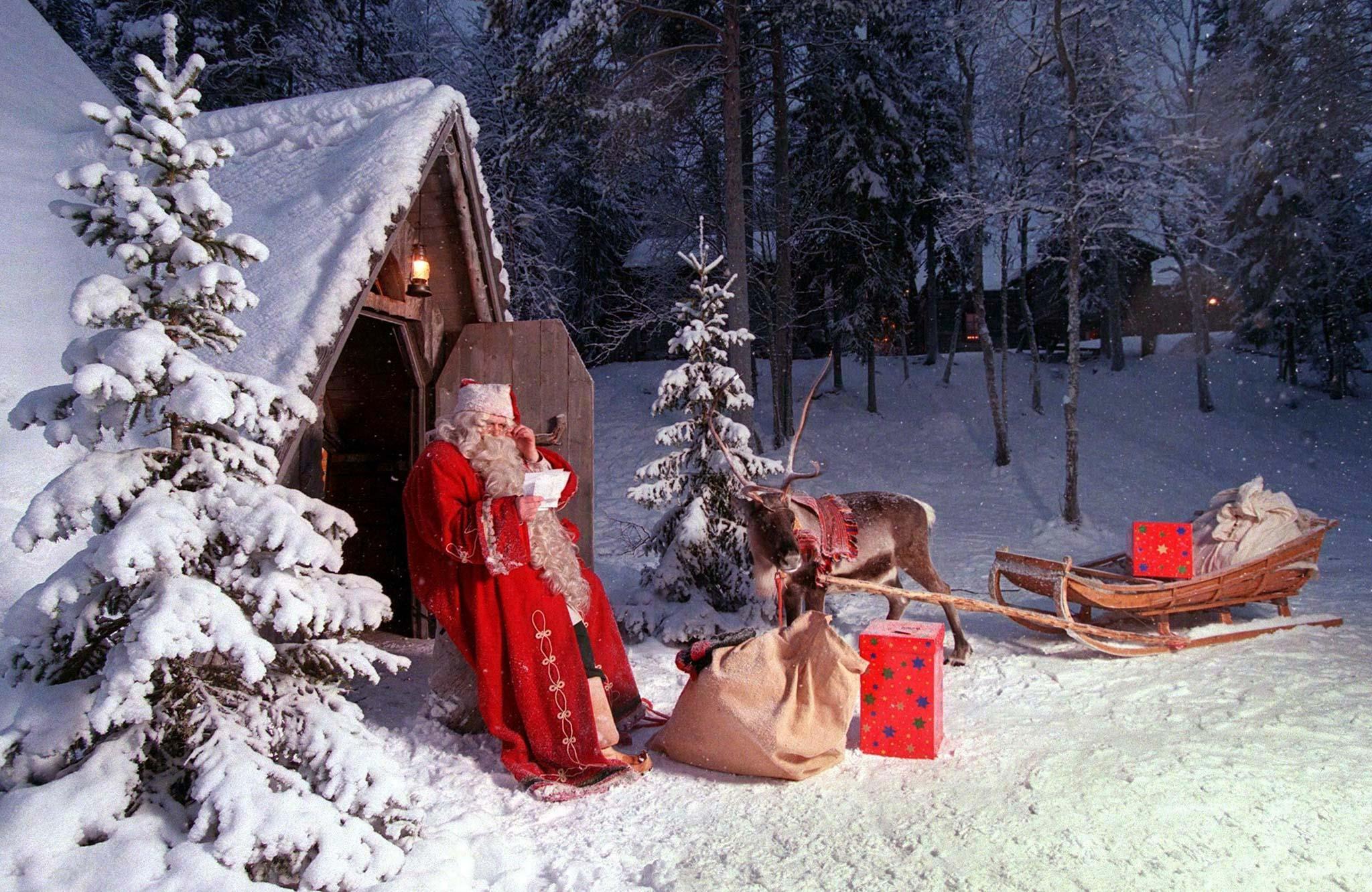 Într-un mediu plin de incertitudini, Moş Crăciun le aduce românilor preşedinte, guvern şi buget