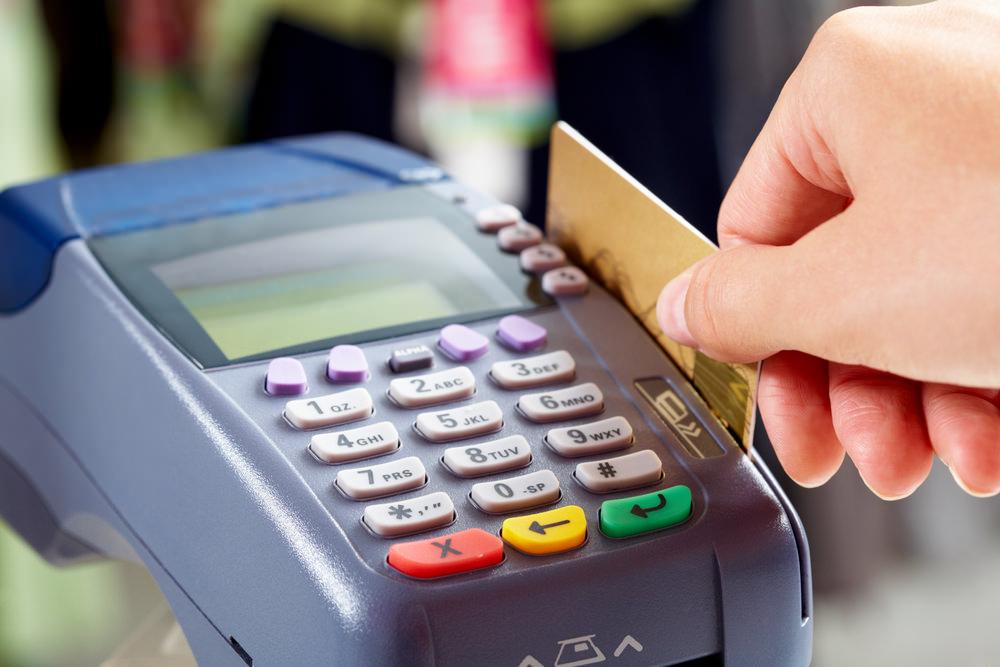Comercianţii şi instituţiile publice cu cifră anuală de afaceri de minimum 10.000 euro, obligate să instaleze POS. S-a votat şi procedura  cash-back, cu plafon maxim de 200 lei