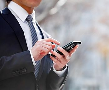 Cercetare Deloitte: utilizatorii de telefonie mobilă din lume își verifică telefonul de peste 80 de miliarde ori pe zi