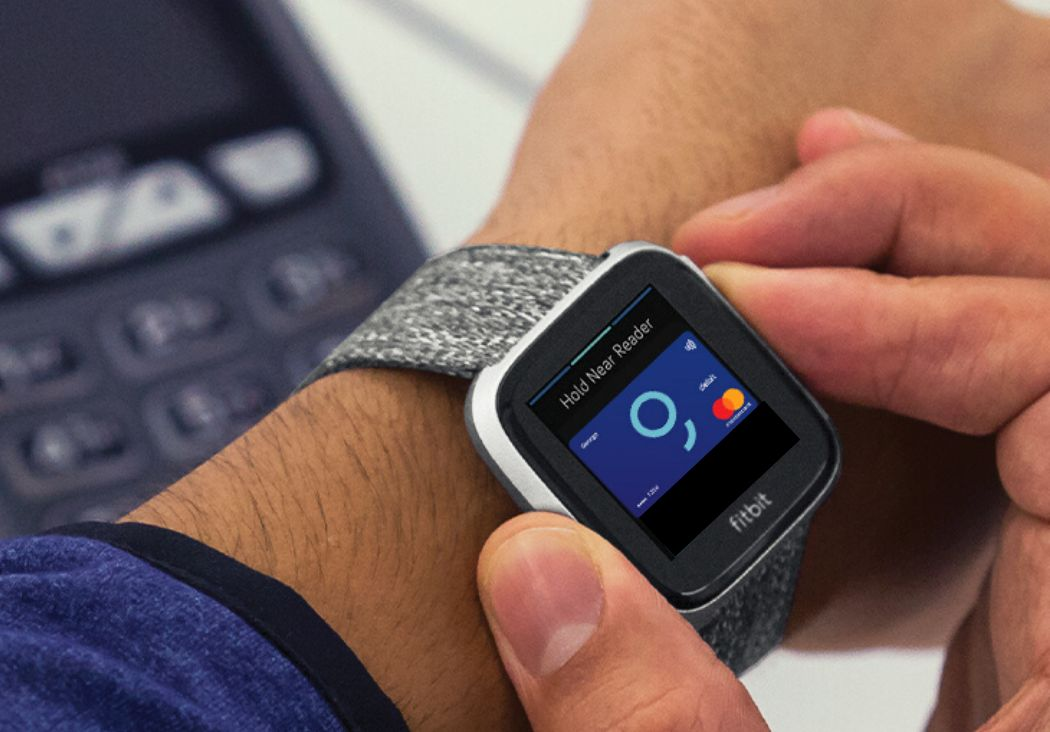 George salută plățile inteligente cu dispozitivele Fitbit și Garmin