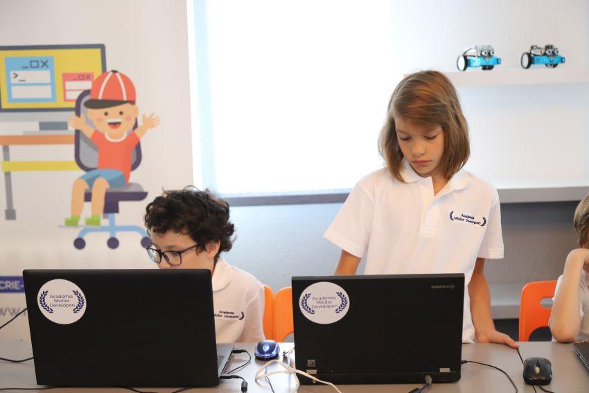 S-a dublat numărul elevilor înscriși la cursurile online ale școlii Academia Micilor Developeri